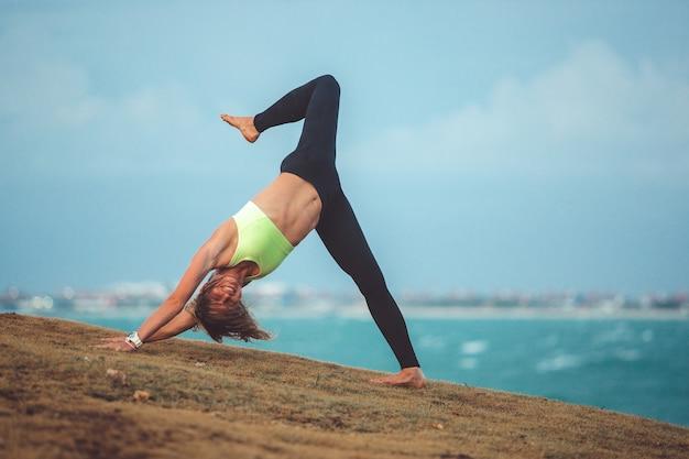 Bella ragazza facendo yoga