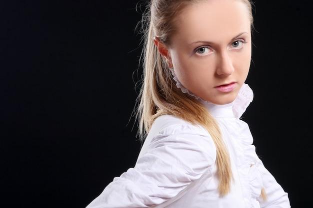 Bella ragazza giovane e sexy sul nero