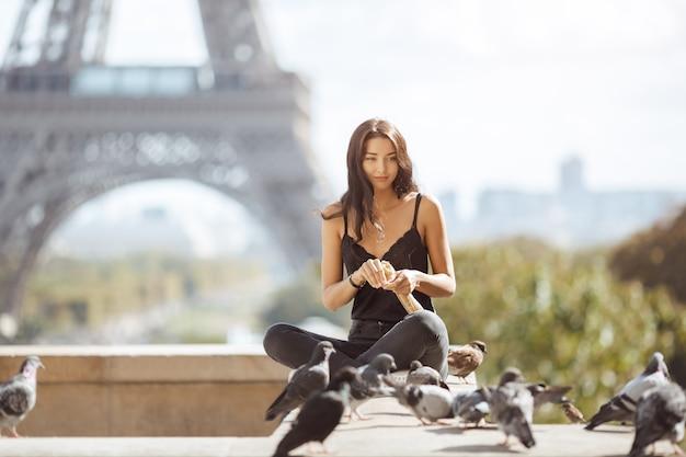 Bella ragazza giovane turista vicino alla torre eiffel, parigi.
