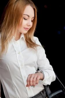 Bella ragazza guardando orologio