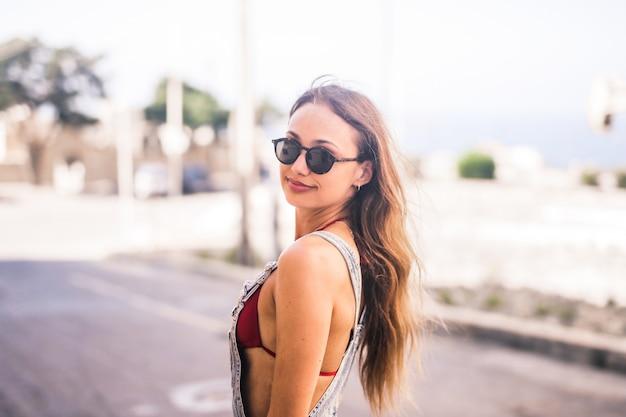 Bella ragazza in estate