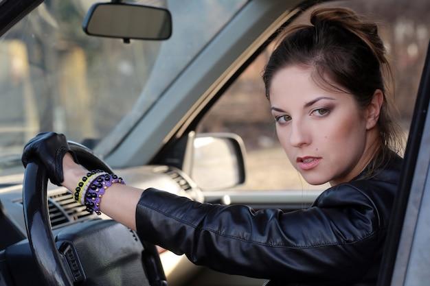 Bella ragazza in macchina