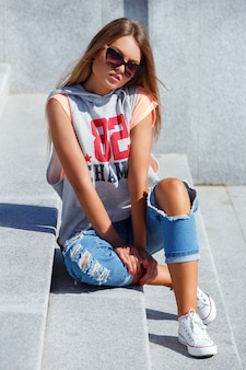 Bella ragazza in occhiali da sole
