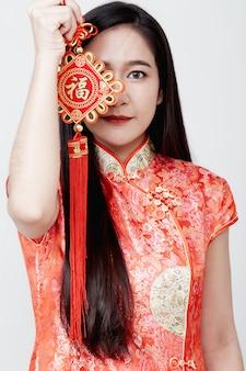 Bella ragazza in petardi rossi che tengono i petardi