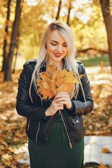 Bella ragazza in piedi in un parco estivo