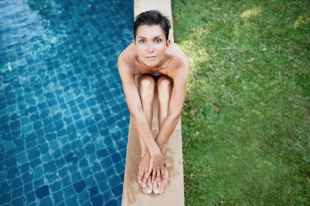 Bella ragazza in piscina