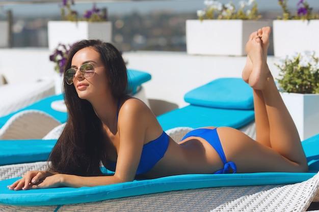 Bella ragazza in spiaggia