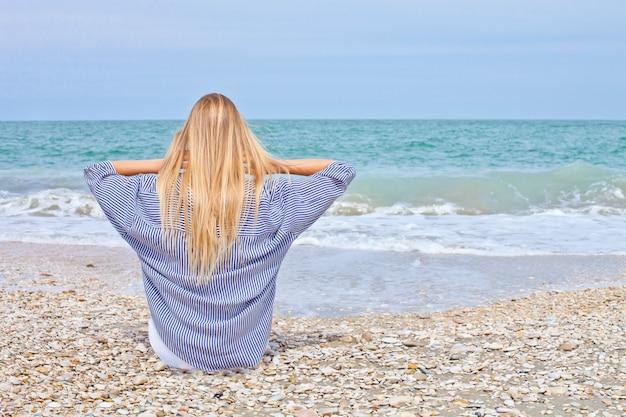 Bella ragazza in stile mare sulla spiaggia adriatica