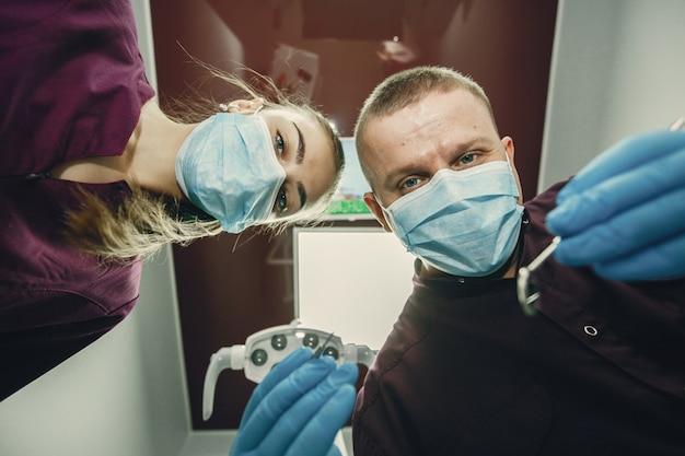 Bella ragazza in un dentista