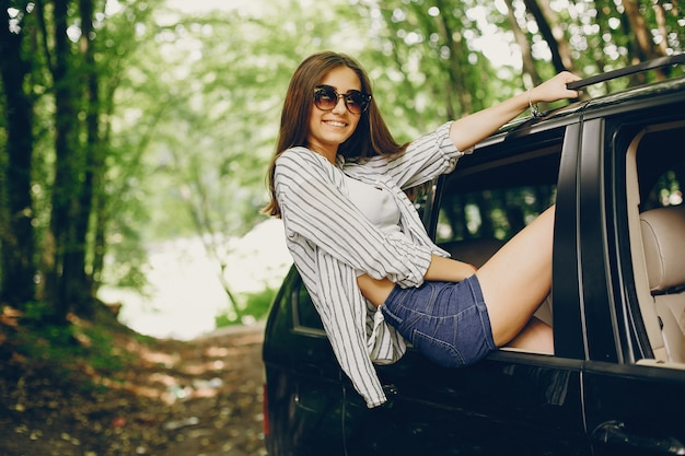 Bella ragazza in una macchina