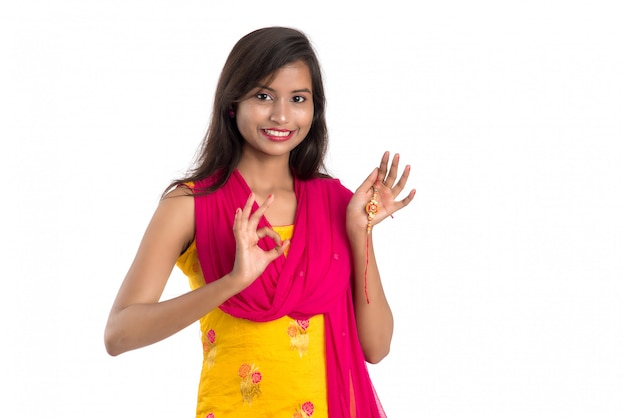 Bella ragazza indiana che mostra rakhis in occasione di raksha bandhan. cravatta sorella rakhi come simbolo di intenso amore per suo fratello.