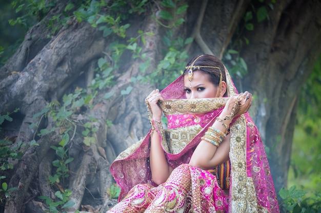 Bella ragazza indiana giovane con gioielli kundan