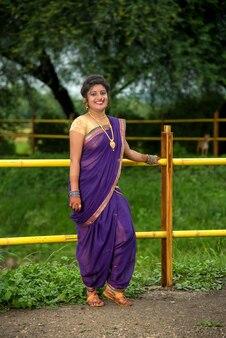 Bella ragazza indiana in saree tradizionale che posa all'aperto
