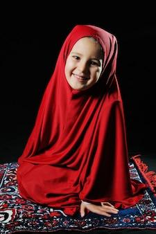 Bella ragazza musulmana sorridente