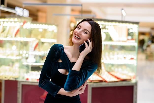 Bella ragazza parlando al telefono.