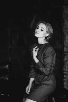 Bella ragazza romantica signora in abito rosso nella sala in stile loft. bellezza, moda.