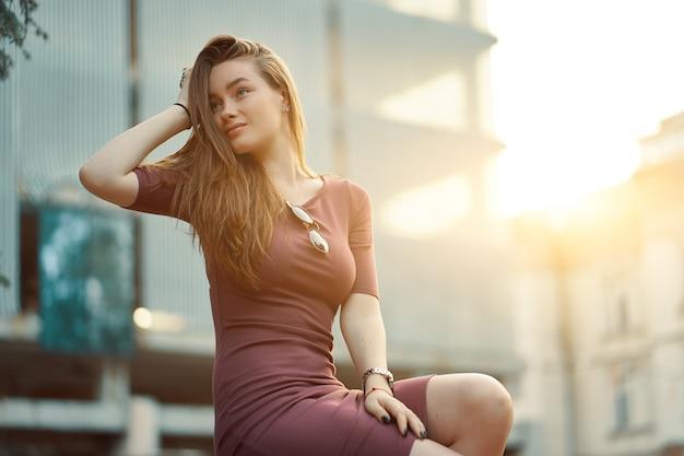 Bella ragazza solitaria sognando e pensando al mattino