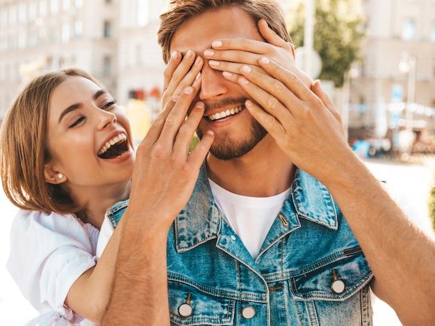 Bella ragazza sorridente e il suo ragazzo bello hipster.