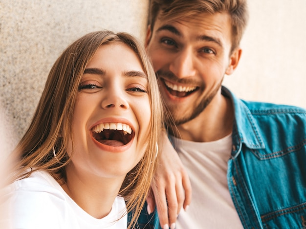 Bella ragazza sorridente e il suo ragazzo bello in abiti casual estivi.