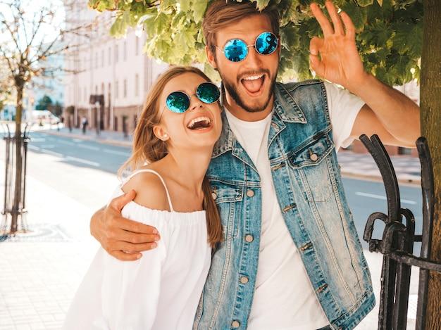 Bella ragazza sorridente e il suo ragazzo bello.
