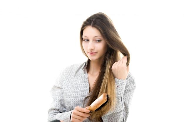 Bella ragazza spazzolarsi i capelli