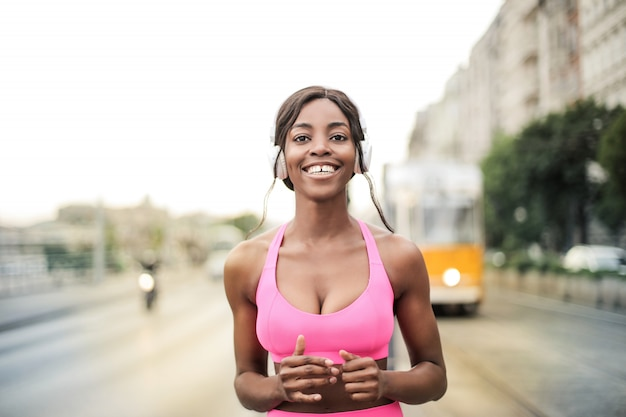 Bella ragazza sportiva afro