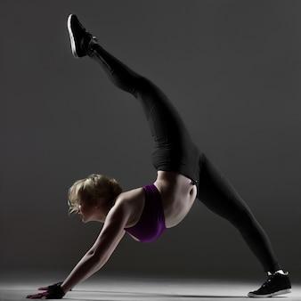 Bella ragazza sportiva facendo esercizi di fitness