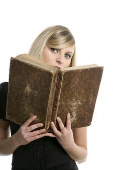 Bella ragazza studentessa bionda con il vecchio libro