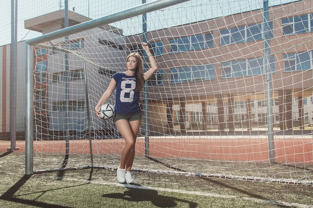 Bella ragazza sul campo di calcio