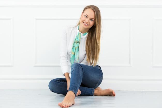 Bella ragazza sul pavimento