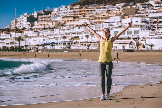 Bella ragazza sulla costa mediterranea
