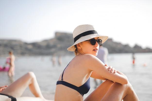 Bella ragazza sulla spiaggia