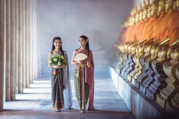 Bella ragazza tailandese in costume tradizionale thailandese