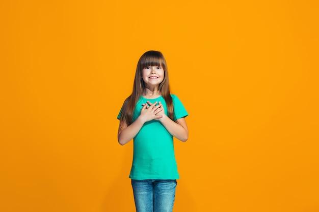 Bella ragazza teenager che sembra sorpresa isolata sull'arancia