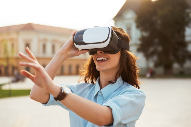 Bella ragazza utilizzando occhiali per realtà virtuale. maschera di realtà virtuale. vr.
