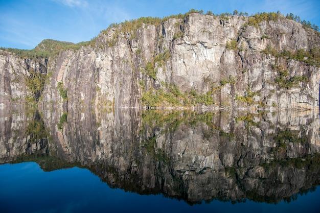 Bella riflessione dell'acqua e del cielo da bergen fjord, norvegia
