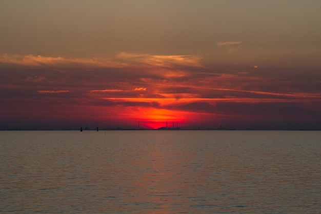 Bella ripresa del mare con un cielo rosso in lontananza