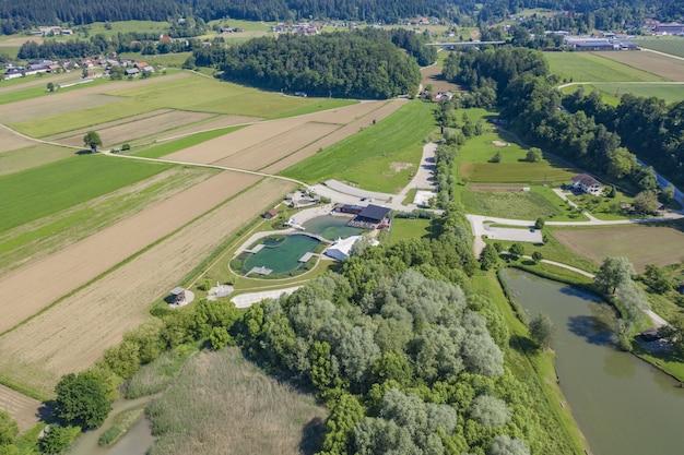 Bella ripresa del resort verde e del parco acquatico circondato da alberi e un grande campo