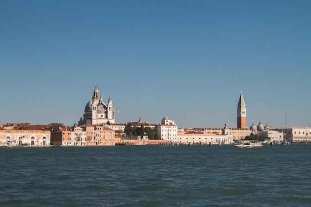Bella ripresa di edifici in lontananza nei canali di venezia