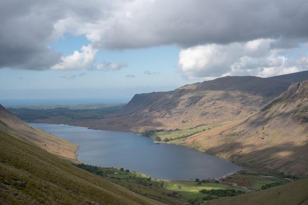Bella ripresa di un lago in mezzo alle montagne sotto un cielo blu