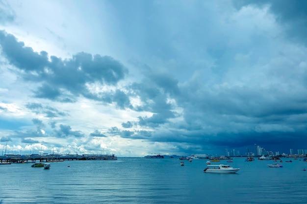 Bella ripresa di un mare con barche sotto un cielo nuvoloso blu