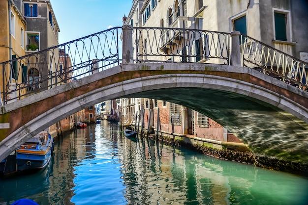 Bella ripresa di un ponte che attraversa il canale di venezia, italia
