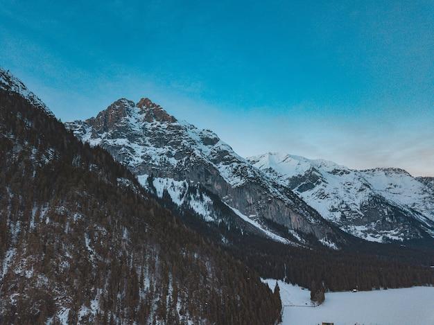 Bella ripresa di una catena montuosa in una giornata fredda e nevosa