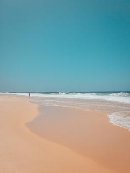 Bella ripresa di una spiaggia di sabbia a rio de janeiro con forti onde dell'oceano