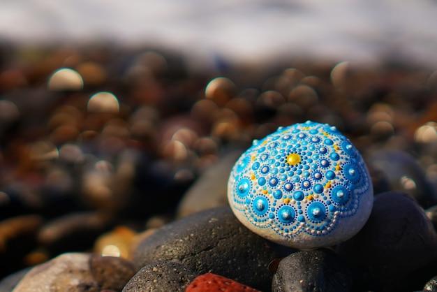 Bella roccia mandala dipinta a mano
