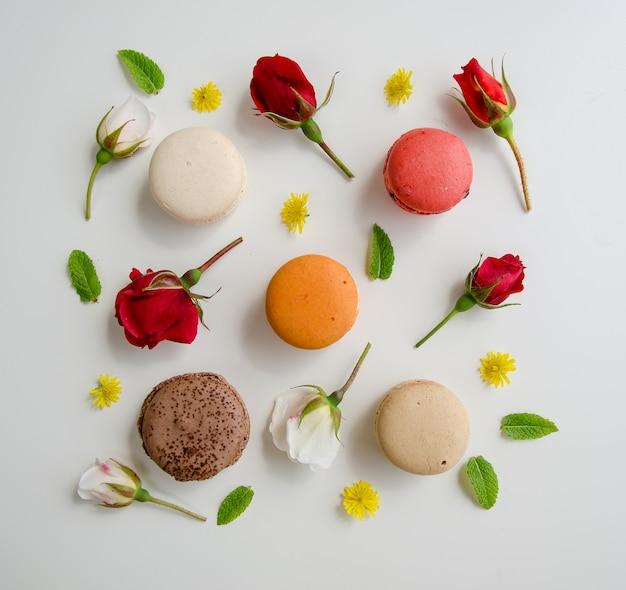 Bella rosa e assortimento di macarons