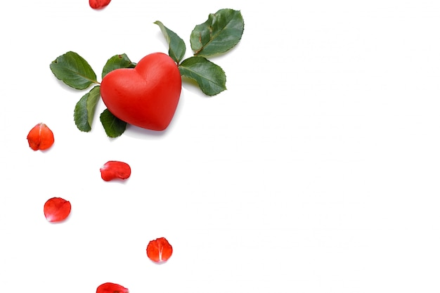 Bella rosa rossa con cuore su un bianco
