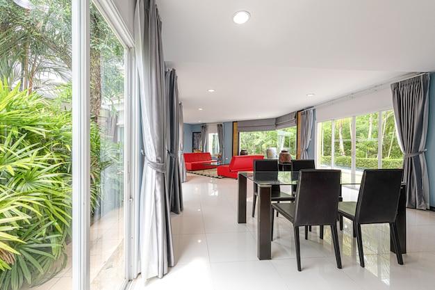 Bella sala da pranzo interna a casa per una nuova famiglia