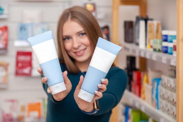 Bella scatola di attesa per cosmetologo caucasico con prodotto cosmetico senza marchio