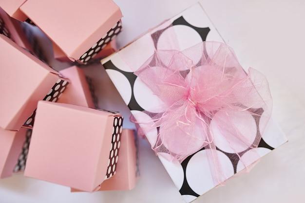 Bella scatola rosa e decorazioni eleganti per decorare il compleanno